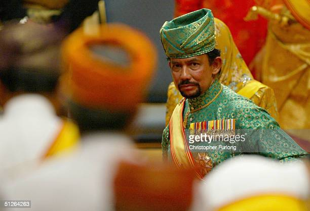 BEGAWAN BRUNEI SEPTEMBER 5 The Sultan of Brunei attends the powdering ceremony of his son at The Sultans Palace Diraja September 5 2004 in Bandar...