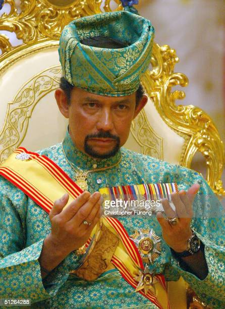 BEGAWAN BRUNEI SEPTEMBER 5 The Sultan of Brunei attends the powdering ceromony of his son at The Sultans Palace Diraja September 5 2004 in Bandar...