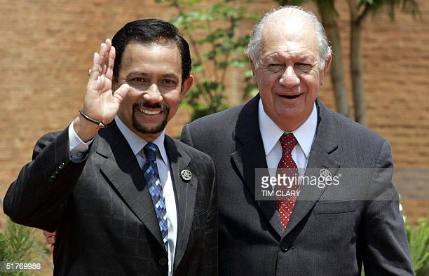 The Sultan of Brunei Sir Bolkiah Hassanal wave next to Chilean President Ricardo Lagos prior to the first meeting of the APEC Summit leaders, 20...