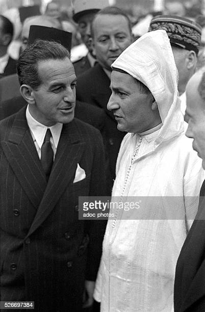 The Sultan Sidi Mohammed ben Youssef visiting the Motor Show in Paris In 1956