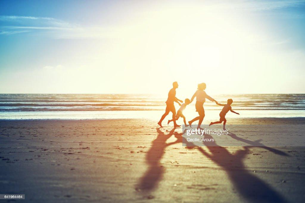 De zomerzon brengt familieplezier : Stockfoto
