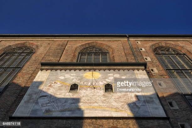 the sun dial of munich cathedral. - emreturanphoto stockfoto's en -beelden
