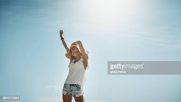 o sol tem uma maneira de espontaneidade inspirador - calção - fotografias e filmes do acervo