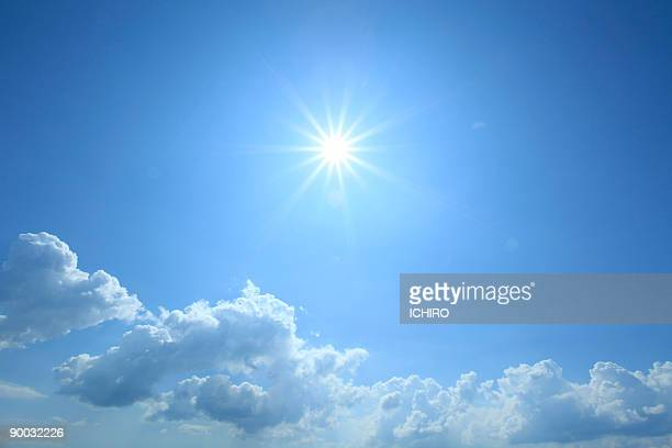 the sun in the sky. - zonlicht stockfoto's en -beelden