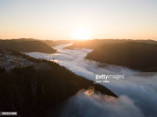 die sonne steigt über den wolken in den bergen von japan - präfektur okayama stock-fotos und bilder