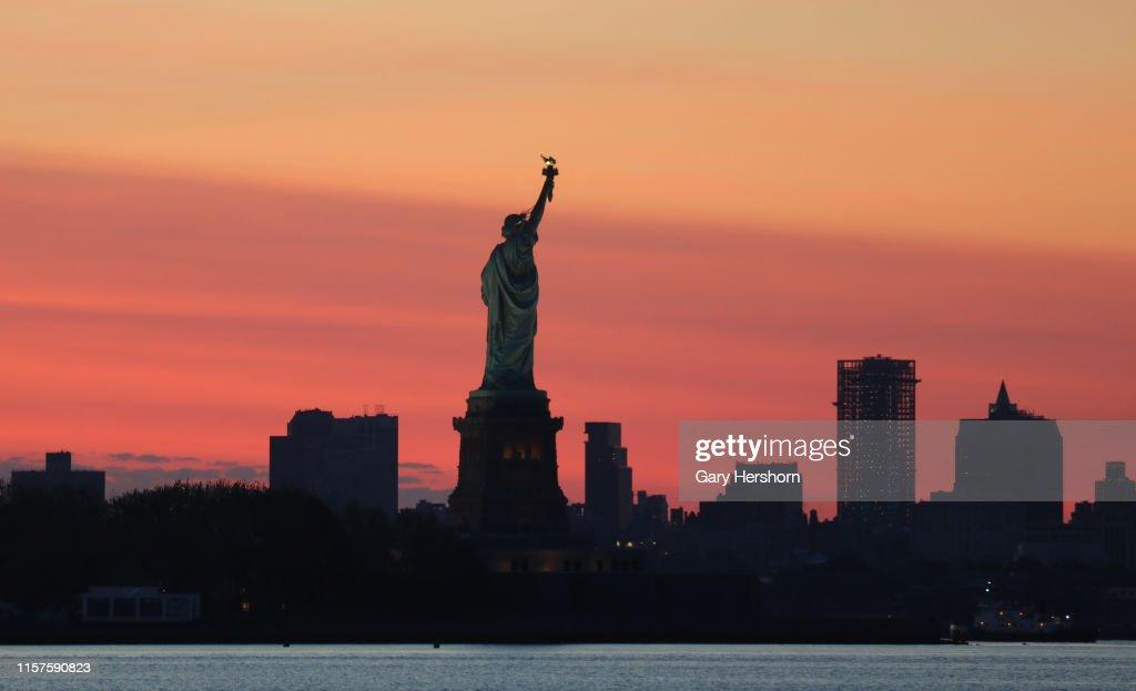 Sunrise in New York City : News Photo