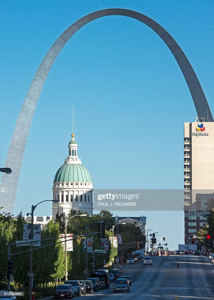 The sun sets in downtown St. Louis October 8, 2016, the site of the 2nd Presidential debate at Washington University in St. Louis, Missouri. US Presidential Republican nominees Donald Trump and Democrat nominee Hillary Clinton will debate for the second time in St. Louis on October 9. / AFP / PAUL