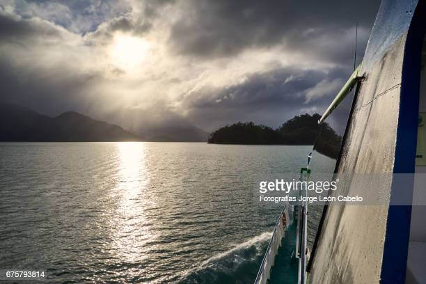 the sunlight shines on the lake todos los santos during de andean lake crossing in winter - azul turquesa stockfoto's en -beelden