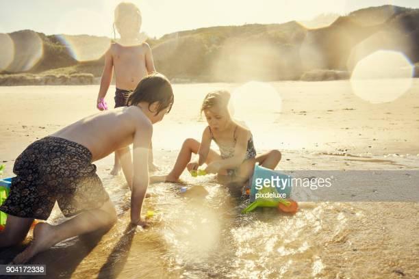 het zonnige seizoen is het strand seizoen - waterlijn stockfoto's en -beelden