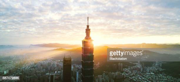 the sunrise of the taipei 101 tpwer - taipei 101 個照片及圖片檔