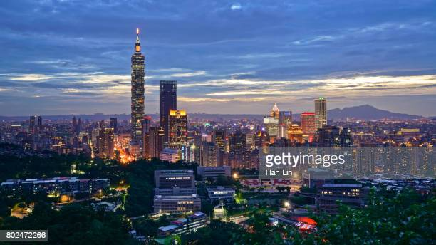 the sunset view of taipei city - taipei 101 個照片及圖片檔