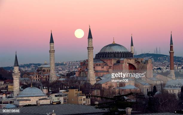 the suoer moon rise over hagia sophia chruch near blue mosque in istanbul - istanbul photos et images de collection