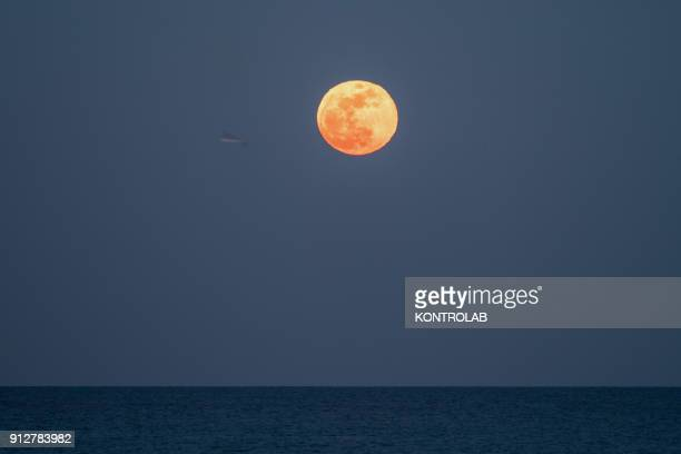 The supermoon bigger than 14% today also blue moon because the second full moon of the month of January and finally also red moon because the shadow...