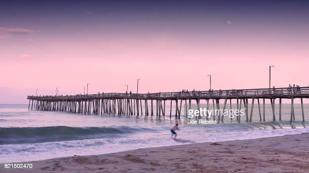 the surfboarder - virginia beach foto e immagini stock