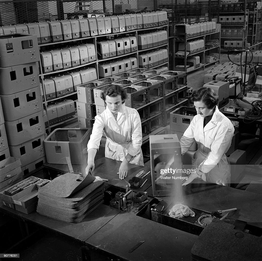 Women making cases for 16mm projectors, Mitcheldean, 1956. : News Photo