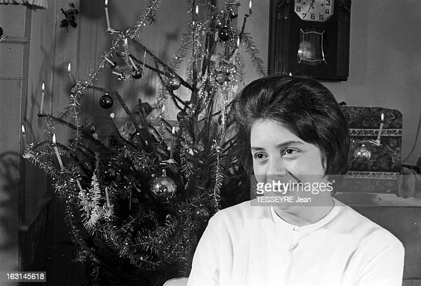 The Survivor Of The Eiffel Tower En décembre 1964 Christiane COQUENTIN la rescapée de la Tour Eiffel en convalescence à CERNAY passe Noël avec ses...