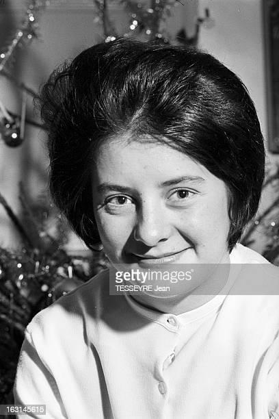 The Survivor Of The Eiffel Tower En décembre 1964 portrait souriant de face de Christiane COQUENTIN la rescapée de la Tour Eiffel En convalescence à...