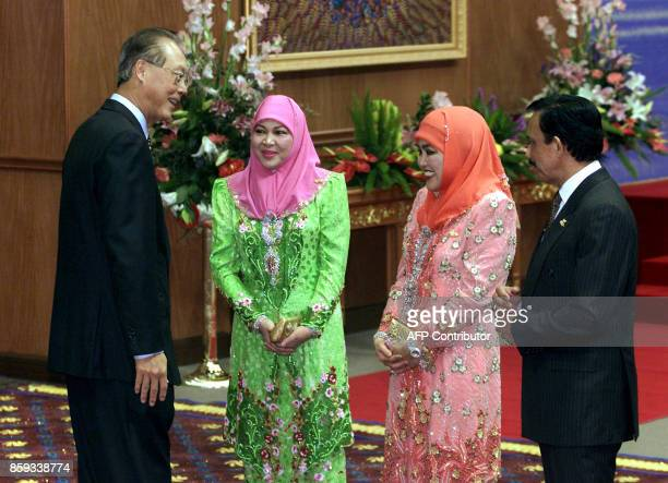 The Sutlan of Brunei Hassanal Bolkiah greets Singapore Prime Minister Goh Chok Tong ahead of the gala dinner for the AsiaPacific Economic Cooperation...