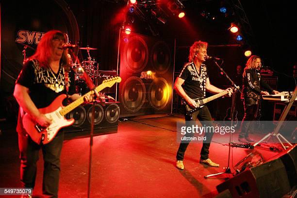 The Sweet die britische Rockband mit Gitarrist Andy Scott Saenger Peter Lincoln Drummer Bruce Bisland und Keyboarder Tony O'Hora bei einem Konzert in...