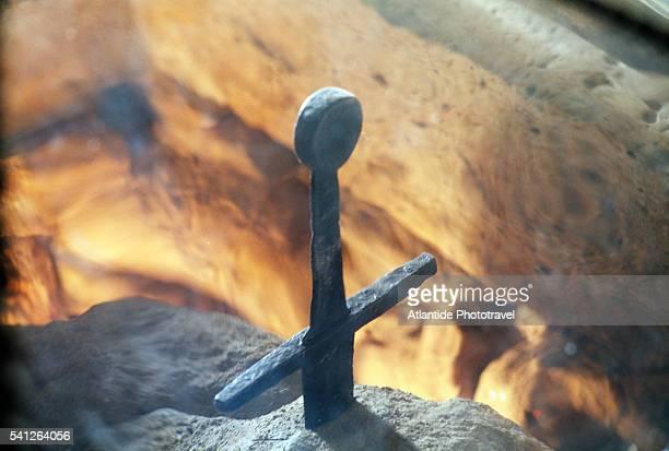 the sword in the rock - image foto e immagini stock