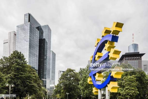 the symbol of euro near the eurotower, on the background the famous skyscraper gallileo (by novotny mähner & associates) - frankfurt main tower stock pictures, royalty-free photos & images
