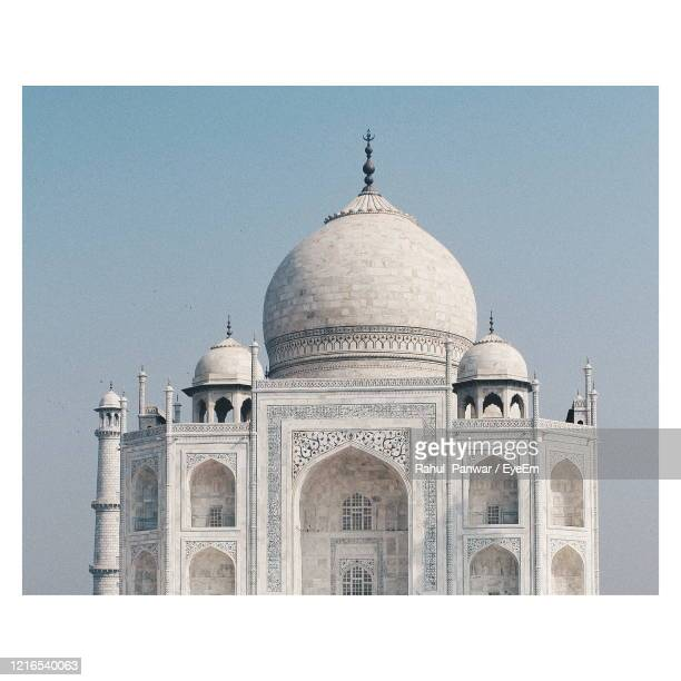 the taj mahal, an ivory-white marble mausoleum in the indian city of agra. - marmo bianco foto e immagini stock