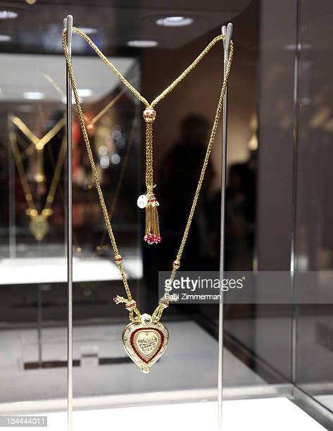 The Taj Mahal ruby and gold chain by Cartier a gift from Richard Burton on the occasion of Elizabeth Taylor's 40th birthday owned by Elizabeth Taylor...