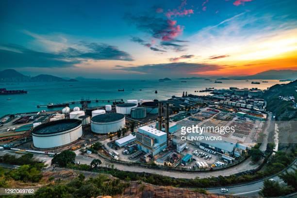タンクは工業地帯の光の中にあります。夕日の空と一緒に。 - 液化天然ガス ストックフォトと画像