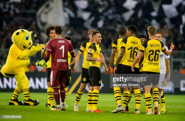 The team of Borussia Dortmund celebrates the win after the final whistle during the Bundesliga match between Borussia Dortmund and Eintracht...