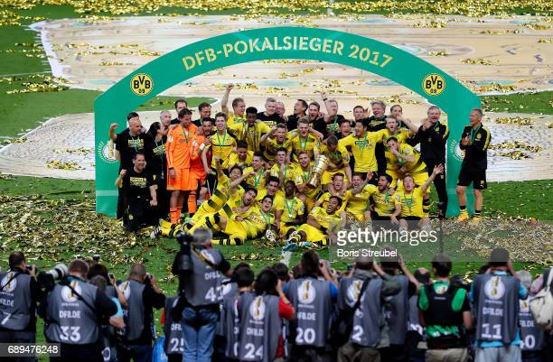 The team of Borussia Dortmund celebrates winning the DFB Cup Final 2017 between Eintracht Frankfurt and Borussia Dortmund at Olympiastadion on May 27...