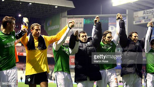 The team of Bremen celebrate the UEFA Europa League Group L match between Atletico Bilbao and Werder Bremen at the Estadio San Mames on December 16...