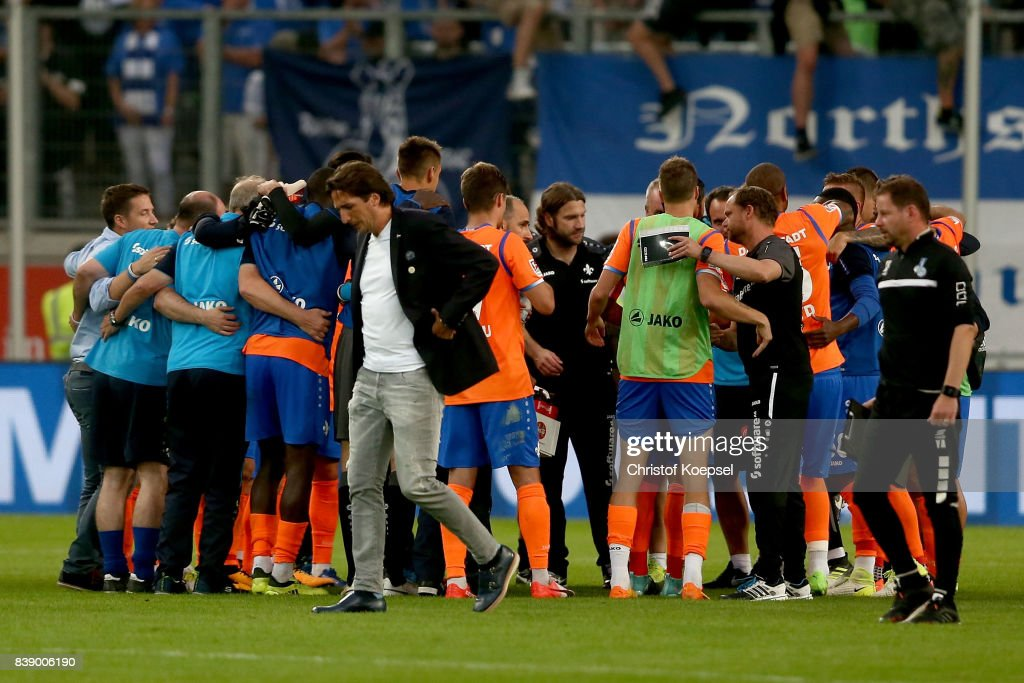The team of Darmstadt celebrates and manager Ivica Grlic of Duisburg looks dejected during the Second Bundesliga match between MSV Duisburg and SV Darmstadt 98 at Schauinsland-Reisen-Arena on August 25, 2017 in Duisburg, Germany.