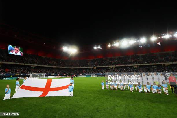 The team of England line up during the International friendly match between France and Women held at Stade du Hainaut on October 20 2017 in...