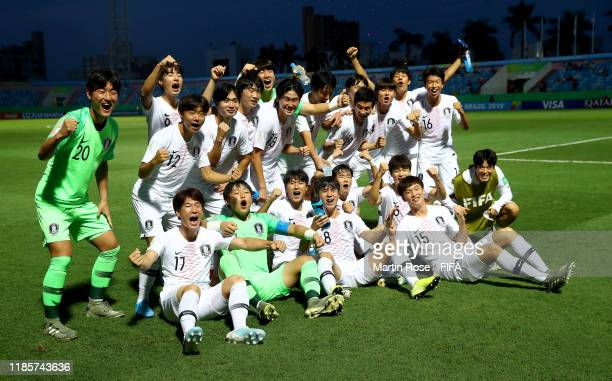 The team of Korea Republic celebrate after the FIFA U17 World Cup Brazil 2019 round of 16 match between Angola and Korea Republic at Estadio Olimpico...