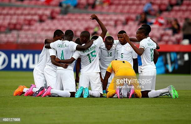 The team of Nigeria celebrate after during the FIFA U-17 Men's World Cup 2015 group A match between Nigeria and USA at Estadio Nacional de Chile on...