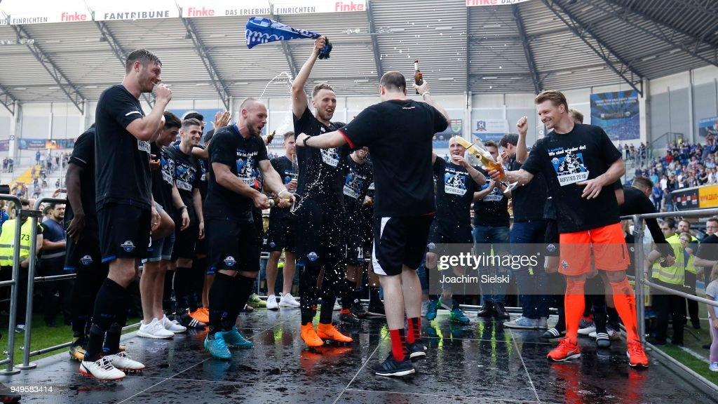The Team of Paderborn celebrate after the 3. Liga match between SC Paderborn 07 and SpVgg Unterhaching at Benteler Arena on April 21, 2018 in Paderborn, Germany.