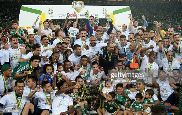 The team of Palmeiras celebrates with the trophy after winning the match between Palmeiras and Santos for the Copa do Brasil 2015 Final at Allianz...