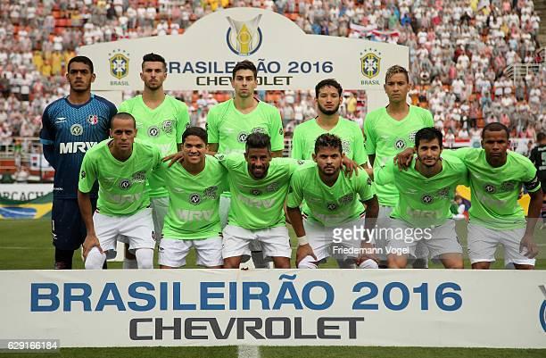 The team of Santa Cruz lines up before the match between Sao Paulo and Santa Cruz for the Brazilian Series A 2016 at Pacaembu Stadium on December 11...
