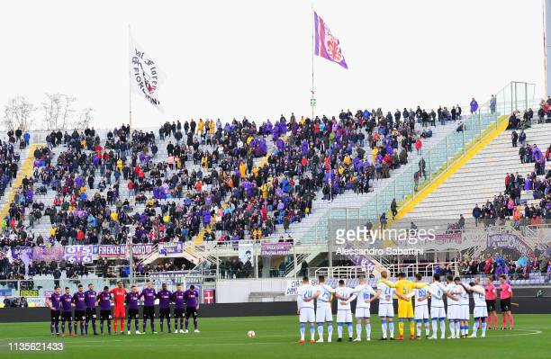 The teams of Fiorentina and Frosinone observe the minute of silence for the victims of the Aquila during the Serie A match between ACF Fiorentina and...