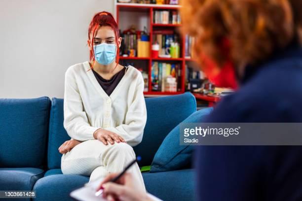de tiener die aan een raadgever over interpersoonlijke relaties spreekt - bewustwording over geestelijke gezondheid stockfoto's en -beelden
