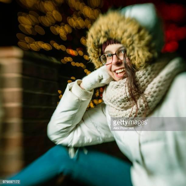 Der Jugendliche 15 Jahre altes Mädchen genießen Weihnachtsbeleuchtung in Brooklyn Heights, New York City