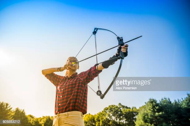 a garota adolescente praticando tiro com arco - arco arco e flecha - fotografias e filmes do acervo
