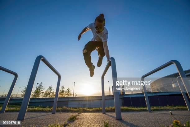 die teenager ist springen / ausübung in den städtischen einstellungen - le parkour stock-fotos und bilder