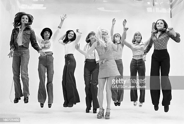 The Television Extras Of The Shows Of Chancel Bouvard And Beart Paris 16 Mai 1973 Reportage sur les figurantes des émissions de Jacques CHANCEL...