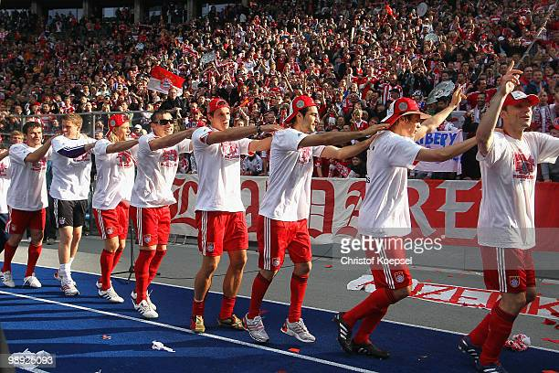 The tem of Bayern celebrate winning the German Champions trophy after winning 31 the Bundesliga match between Hertha BSC Berlin and FC Bayern...