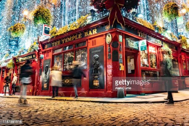 ダブリン市内中心部のテンプルバーパブ(クリスマスの装飾付) - ダブリン州 ダブリン ストックフォトと画像