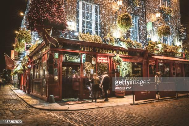 das temple bar pub im stadtzentrum von dublin mit weihnachtsdekorationen - dublin irland stock-fotos und bilder