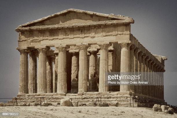 the temple of concord (tempio della concordia). a greek temple in the valley of the temples in agrigento, on the south coast of sicily, italy - temple grec photos et images de collection