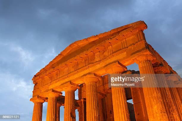 the temple of concordia at valley of the temples - massimo pizzotti foto e immagini stock