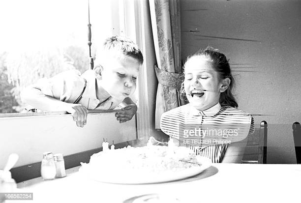 The Tenth Anniversary Of Minou Drouet France 25 Juillet 1957 Pour son dixième anniversaire Minou DROUET jeune poétesse française en robe rit devant...